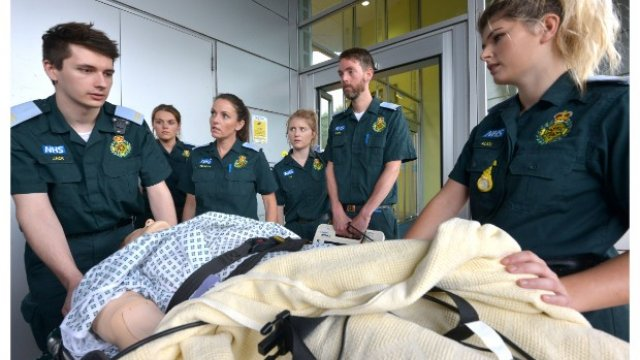 paramedics training using dummie