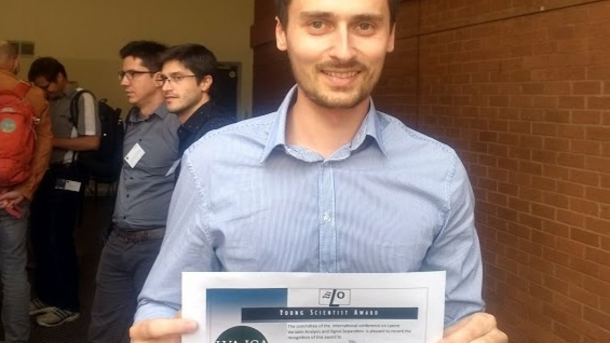 Lucas Rencker with his best student paper award